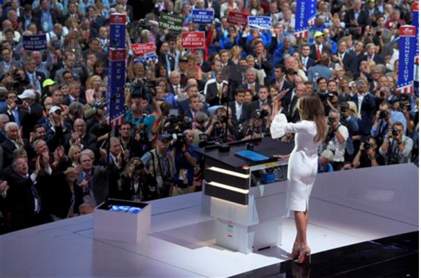 Melania Trump, esposa del probable candidato republicano a la presidencia, Donald Trump, saluda a los delegados tras su discurso durante el primer día de la Convención Nacional Republicana en Cleveland, el lunes 18 de julio de 2016. (AP Foto/Mark J. Terrill)
