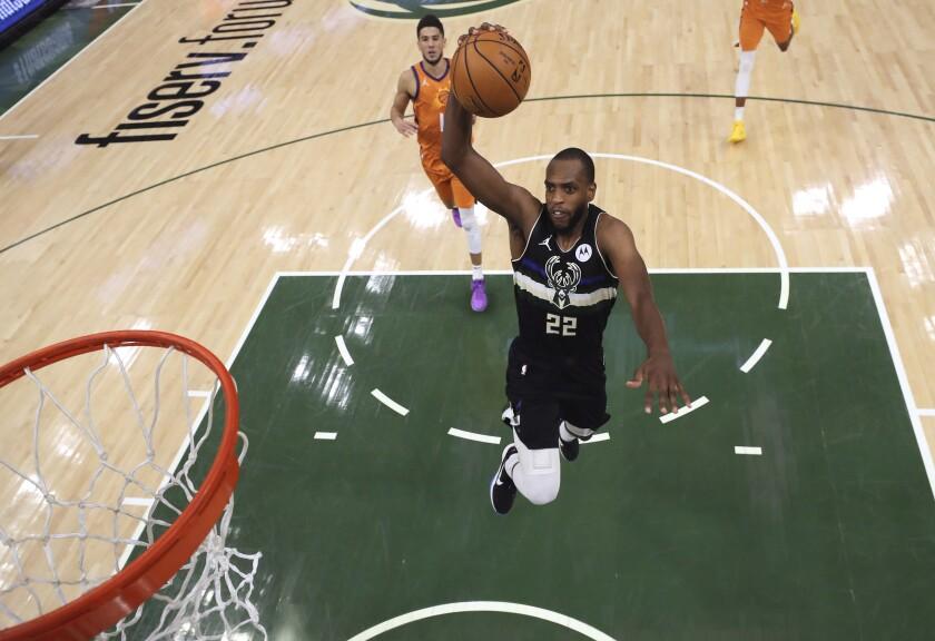 El jugador de los Bucks de Milwaukee Khris Middleton ataca el aro en el sexto partido de la final