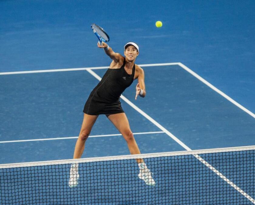 La tenista española Garbiñe Muguruza durante el partido de dobles mixtos entre Australia y España de la Copa Hopman de tenis, en el RAC Arena de Perth, Australia. EFE