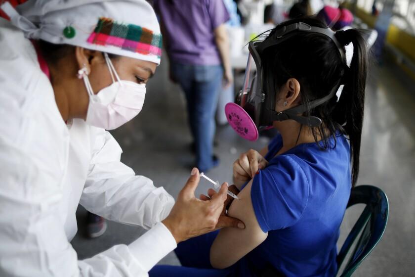 Fotografía de archivo del 23 de abril de 2021 de una trabajadora de salud vacunando