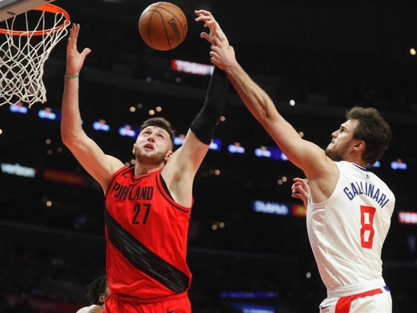 El jugador de los Trail Blazers de Portland Jusuf Nurkic (izq) lucha por el balón con el italiano Danilo Gallinari bajo la canasta durante su partido de la NBA de baloncesto en el Staples Center de Los Angeles (Estados Unidos) el 30 de enero de 2018. Los Trail Blazers ganaron por 96-104. EFE