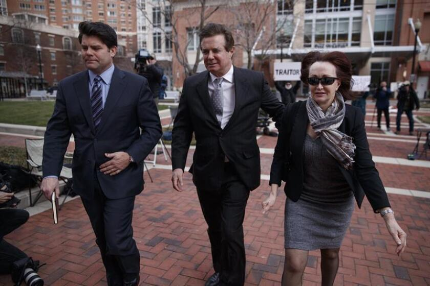 El exjefe de campaña del presidente de Estados Unidos, Donald Trump, Paul Manafort (c), y su mujer, Kathleen Manafort (d), llegan al juzgado federal de Alexandria, Virginia, (Estados Unidos) hoy, 8 de marzo de 2018. EFE