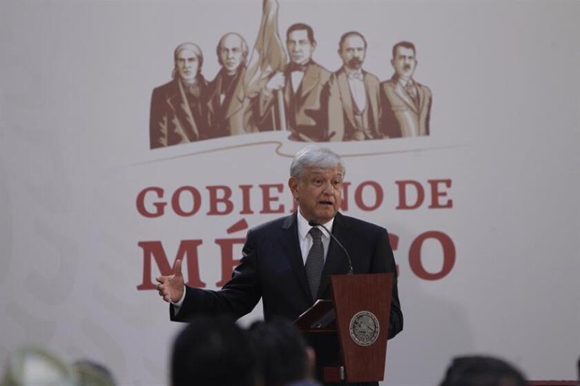 El presidente de México Andrés Manuel López Obrador habla durante la firma del decreto presidencial para la instalación de una Comisión de la Verdad. EFE/Archivo