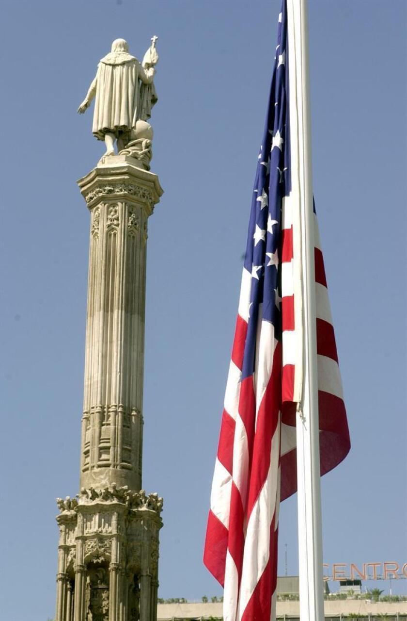 Vista de la bandera de los Estados Unidos de America en la plaza de Colón. EFE/Archivo