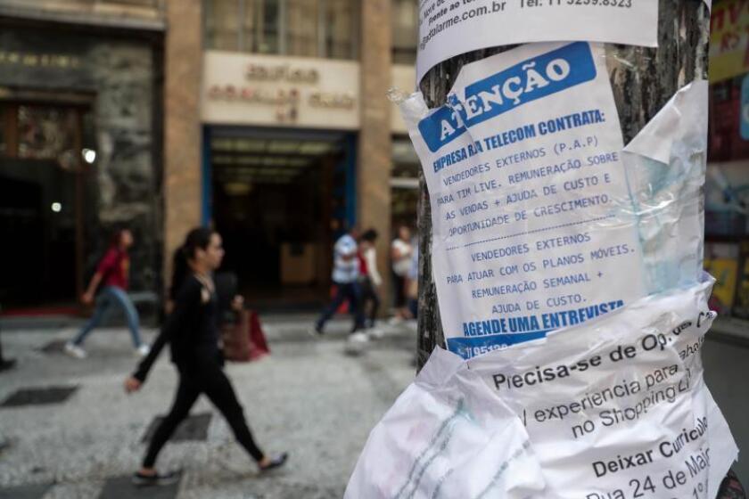 Vista de varios carteles que muestran ofertas de empleo en el centro de Sao Paulo (Brasil). EFE/Archivo