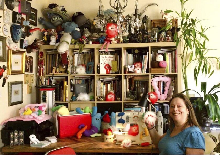 Amy Micallef posa en su casa con sus creaciones.