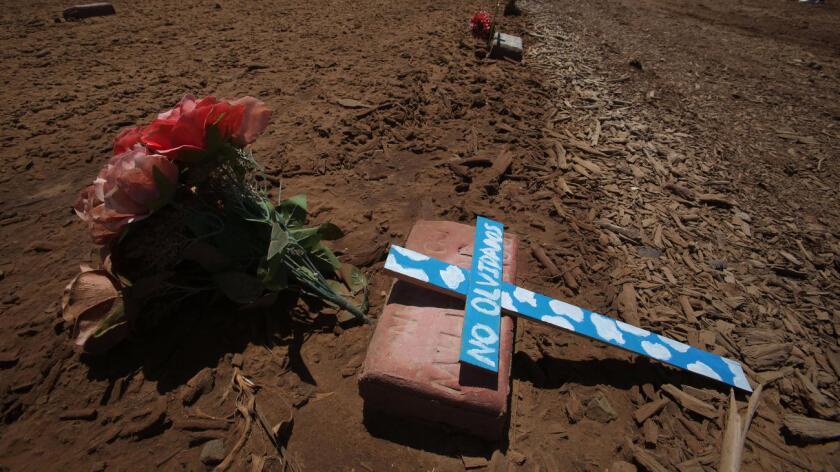 Una tumba de un inmigrante no identificado en el Valle Imperial. Los migrantes que pierden la vida cruzando la frontera sin ser identificados son enterrados atrás del cementerio Terrace Park. Peggy Peattie / San Diego Union-Tribune