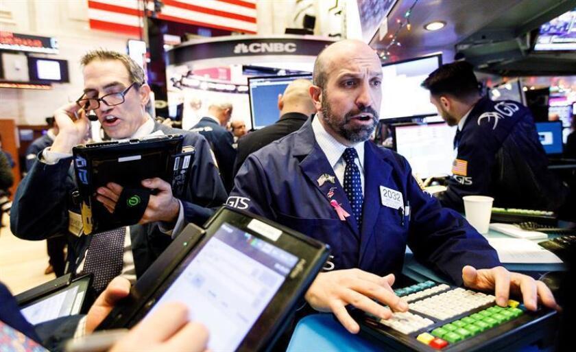 Intermediarios financieros observan el desarrollo del mercado en la Bolsa de Nueva York, Estados Unidos. EFE/Archivo