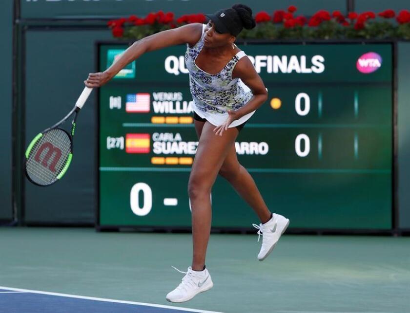 Venus Williams de Estados Unidos sirve una bola a Carla Suárez Navarro de España hoy, jueves 15 de marzo de 2018, durante un partido del Torneo de Tenis de Indian Wells, California (EE.UU.). EFE