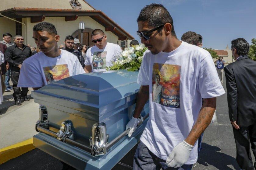 Funeral de Avalos tras ser asesinado a manos de sus padres.