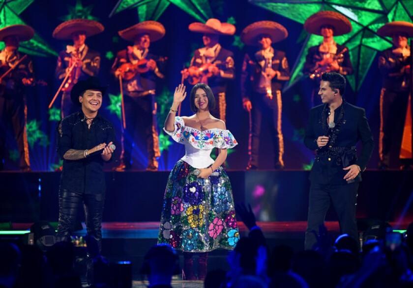 Ángela y Christian durante su actuación en los Premios Juventud