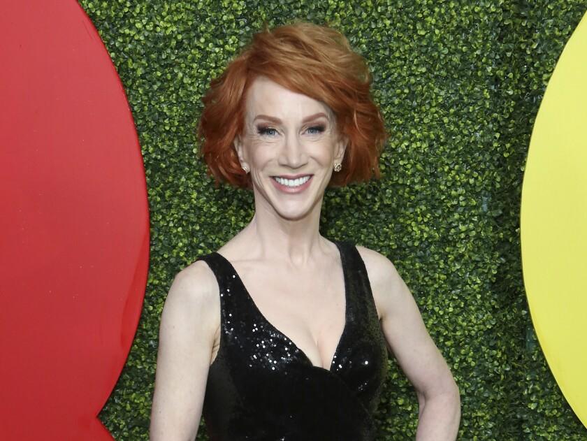 La comediante Kathy Griffin llega a la celebración para el Hombre del Año de la revista GQ en Beverly Hills, California
