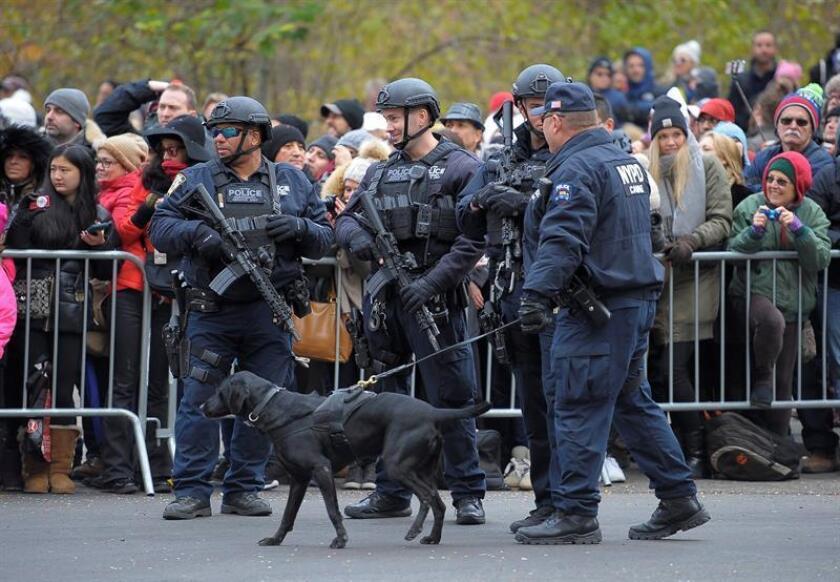Miembros de la policía aseguran el desfile del Día de Acción de Gracias en Nueva York, Estados Unidos. EFE/Archivo