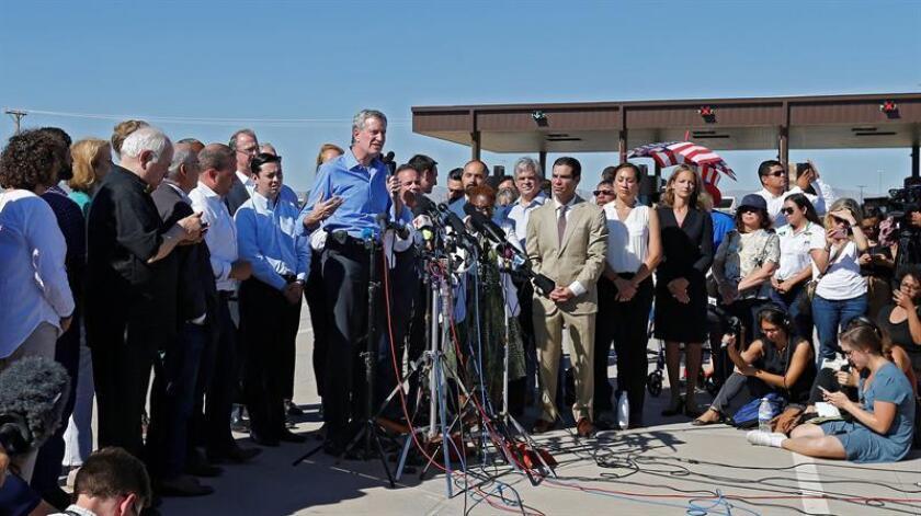 """El alcalde de Nueva York, Bill de Blasio (c), ofrece una rueda de prensa conjunta con otros alcaldes estadounidenses en la entrada de la frontera con México, en Tornillo, Texas (EE. UU), hoy 21 de junio de 2018. La Law Enforcement Inmigration Task Force (LEITF), una organización que reúne a más de cien jefes de policía de todo EEUU, urgió hoy al presidente Donald Trump a reunificar a las más de 2.000 familias de inmigrantes separadas en la frontera con México bajo la política de """"tolerancia cero"""". EFE"""