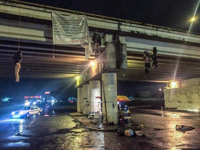Seis cadáveres, cuatro colgados de un puente y dos en el suelo, hallados por las autoridades en Uruapan (México). Un total de 19 personas fueron asesinadas, en un hecho que las autoridades estatales vincularon con las disputas que mantienen los cárteles de la droga.