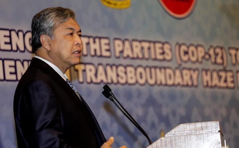 El presidente del principal partido de la oposición en Malasia, Ahmad Zahid Hamidi, fue imputado hoy con 45 cargos por el desvío y malversación de unos 114 millones de ringit (27,4 millones de dólares) en una fundación que dirige. EFE/Archivo