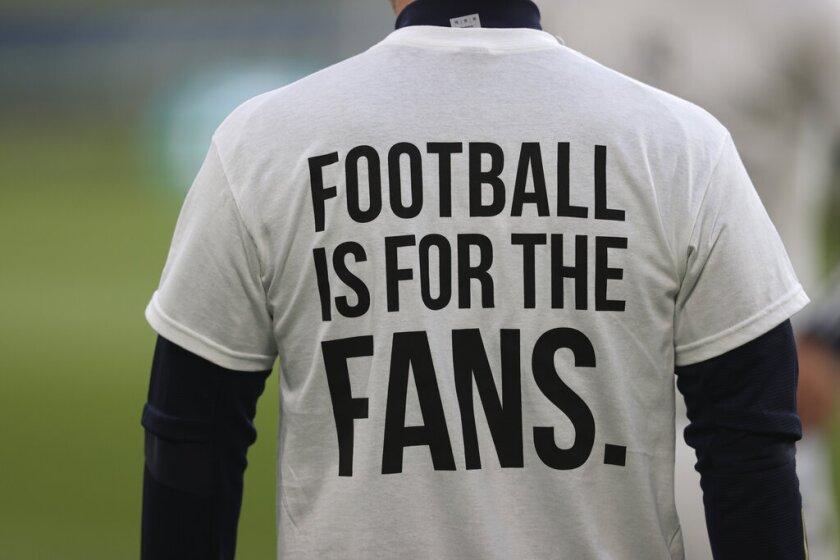 """Un jugador del Leeds United porta una camiseta con el mensaje """"El fútbol es para los aficionados"""""""