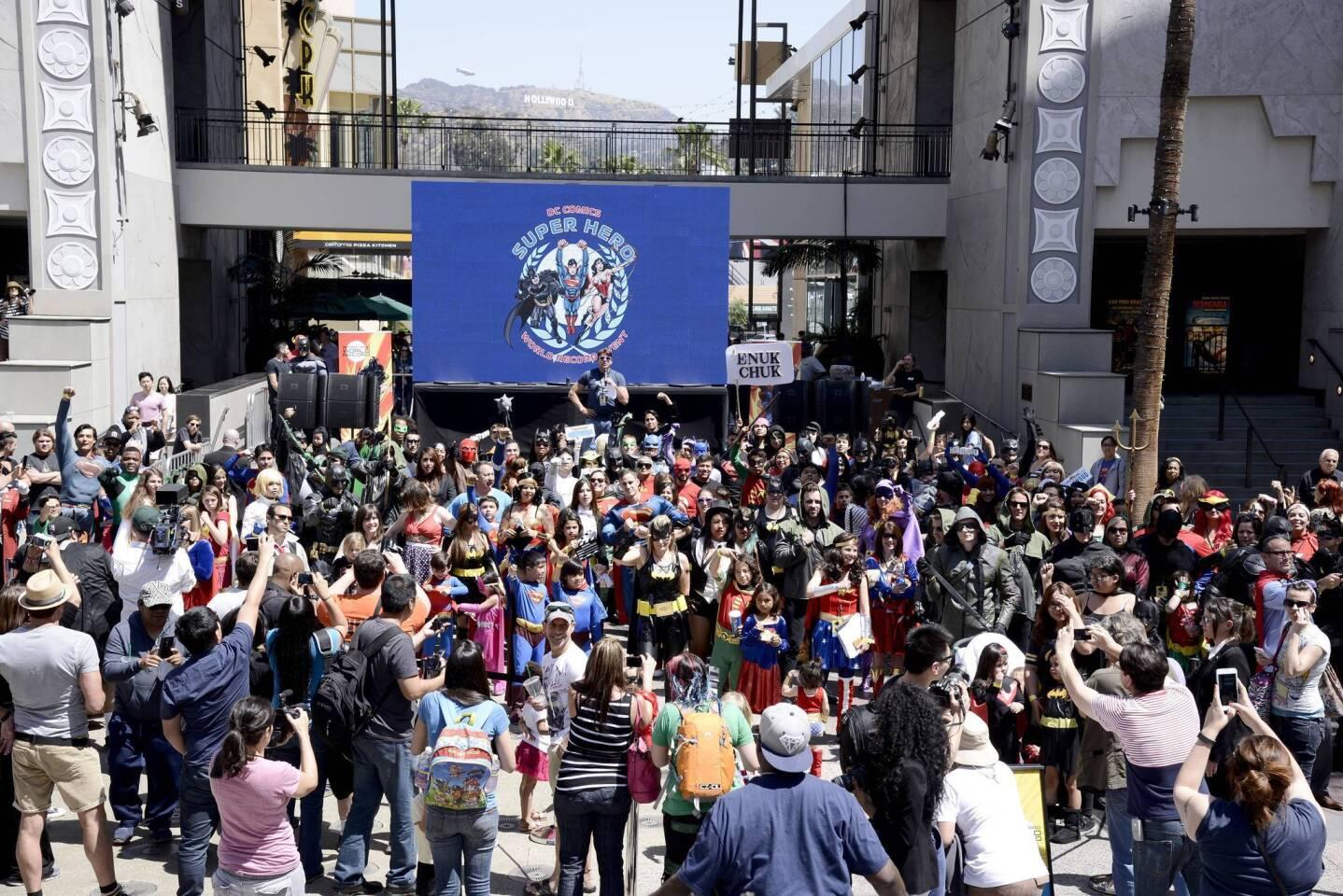 Cientos de fans posan en Los Ángeles durante el evento realizado alrededor del mundo para establecer un Récord Mundial Guinness con la mayor congregación de personas vestidas como Súper Héroes de DC Comics, en un período de 24 horas.