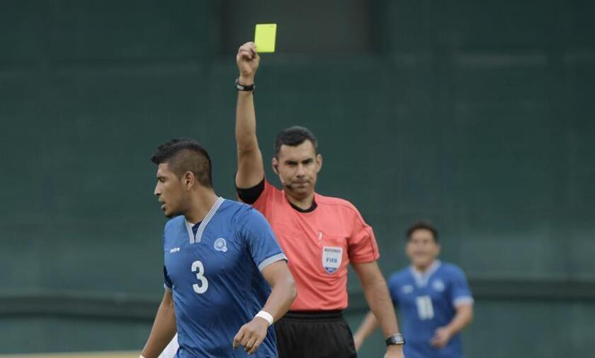 Imagen de archivo del árbitro Mario Escobar. EFE/Archivo