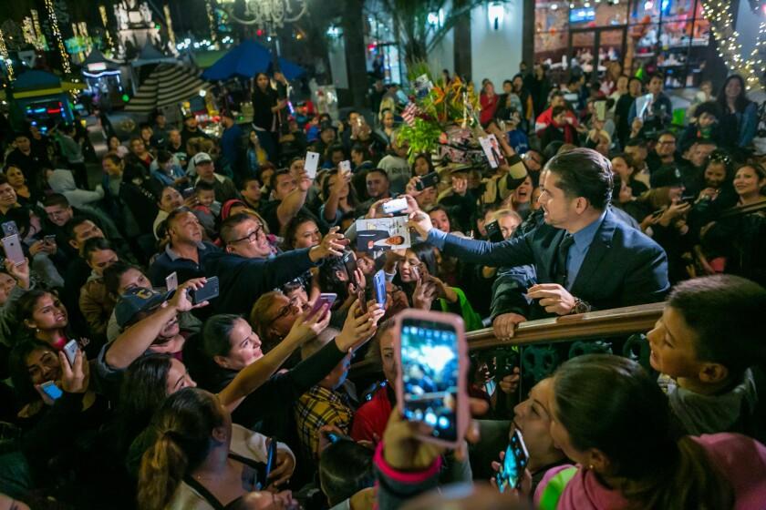 Larry Hernández en Plaza México celbrando el Día de Acción de Gracias.