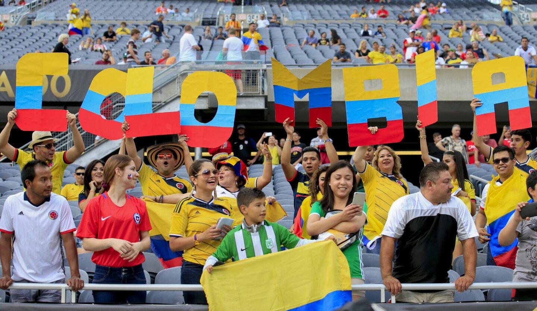 CHI08. CHICAGO (EE.UU.), 22/06/2016.- Fanáticos de Colombia animan a su equipo hoy, miércoles 22 de junio de 2016, antes del partido entre Colombia y Chile en la semifinal de la Copa América Centenario en estadio Soldier Field en Chicago (EE.UU.). EFE/Kamil Krzaczynski ** Usable by HOY and SD Only **