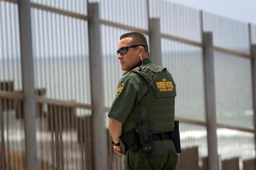 Un agente de la Patrulla Fronteriza de Estados Unidos presta servicio cerca del punto de control secundario durante una conferencia de prensa del fiscal general Jedd Sessions en la valla fronteriza entre los Estados Unidos y México. EFE/Archivo