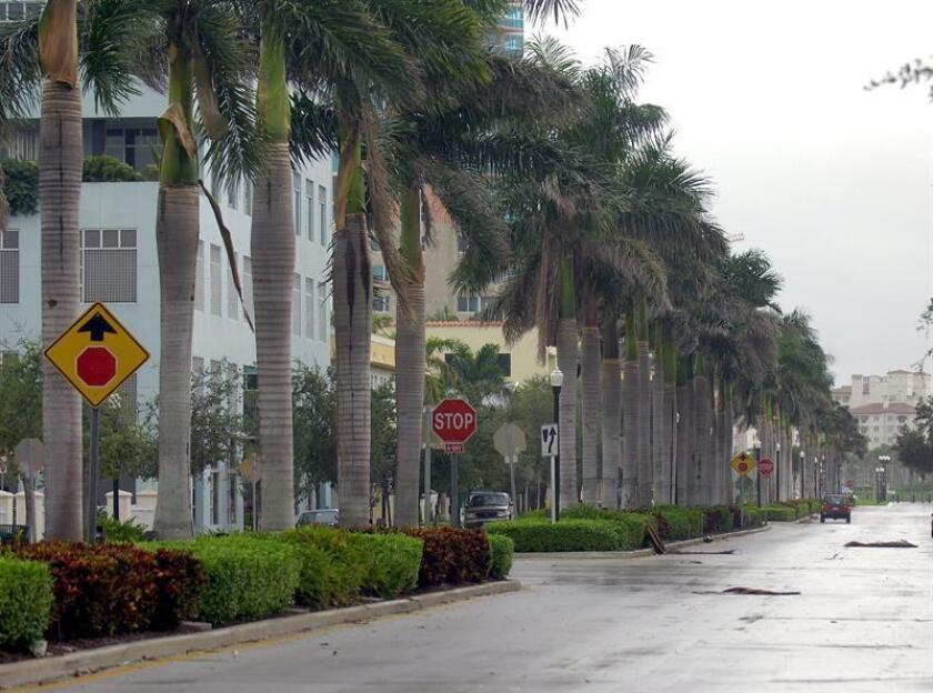 La lluvia y los fuertes vientos, con aviso de tornado, que golpearon en la madrugada de hoy el sur de Florida dejaron a algo más de 100.000 hogares sin luz, aunque no se registraron daños graves ni pérdida de vidas humanas, informaron hoy las autoridades. EFE/Archivo