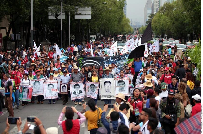 Tras una marcha en conmemoración de los 22 meses de la desaparición de los normalistas de Ayotzinapa en Iguala, Guerrero, sus familiares instalaron un templete en los carriles centrales de Paseo de la Reforma para realizar un mitin y luego un acto artístico.