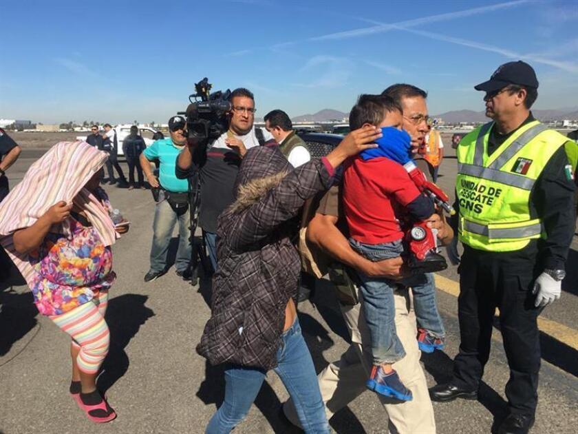 Miembros de la caravana migrante regresan por iniciativa propia a su país, en un avión de la Policía Federal desde el aeropuerto de Tijuana a la capital mexicana. EFE/Archivo