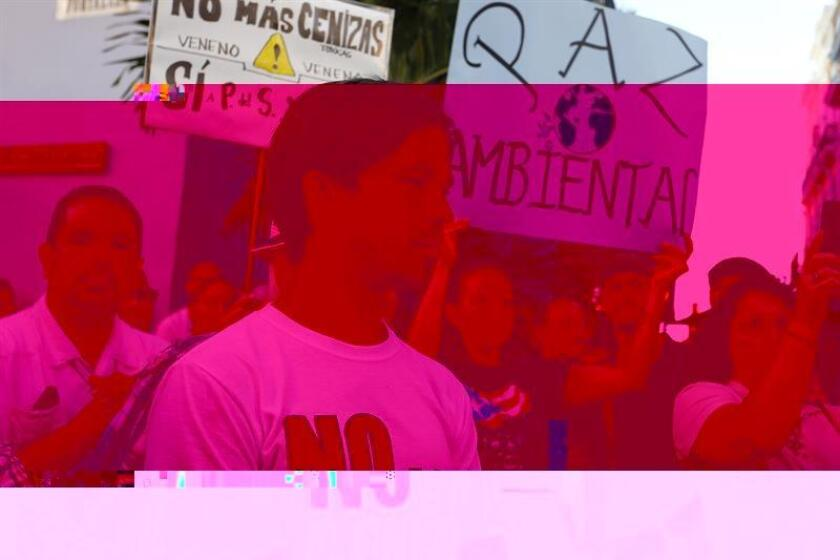 El activista por la comunidad LGBTTIQ, Pedro Julio Serrano (c), participa en una manifestación ante la sede del Ejecutivo contra la actividad de un depósito de cenizas de combustión de carbón en Peñuelas, municipio de la costa sur de la isla, por entender que supone un riesgo para el medioambiente y la salud de la población hoy, lunes 28 de noviembre de 2016, en San Juan (Puerto Rico). Los participantes reclaman al gobernador Alejandro García Padilla que incluya en la actual sesión extraordinaria de las cámaras legislativas normativa para prohibir el almacenamiento de cenizas de carbón en la isla. EFE