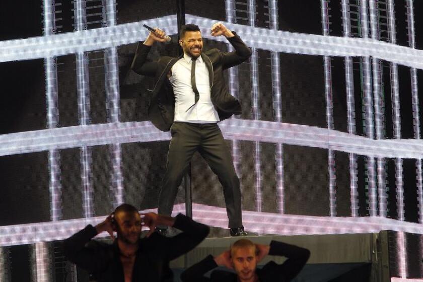 El cantante puertorriqueño Ricky Martín (c) durante una actuación. EFE/Archivo