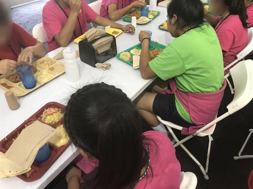 """Legisladores demócratas del Congreso visitaron hoy centros para niños inmigrantes en Texas y describieron como """"indignantes"""" y """"bárbaras"""" las condiciones en las que permanecen detenidos como fruto de la política de """"tolerancia cero"""" del presidente, Donald Trump. EFE/HHS/SOLO USO EDITORIAL/NO VENTAS"""