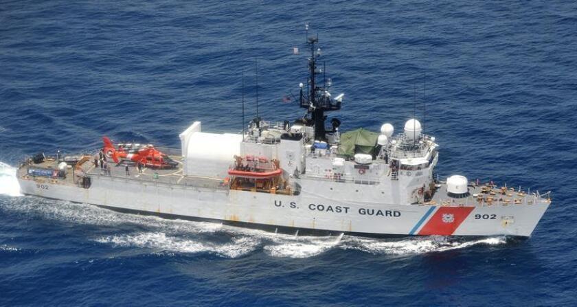 Fotografía cedida por la Guardia Costera estadounidense donde se muestran la nave del Servicio de Guardacostas de Tampa (WMEC-902) en su camino el pasado 4 de febrero en el este del Océano Pacífico. EFE/Guardia Costera EE.UU./SOLO USO EDITORIAL/NO VENTAS