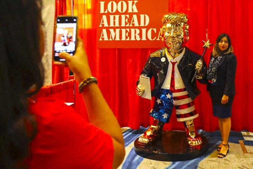 Un Trump dorado, la estatua mexicana estrella del foro de los republicanos