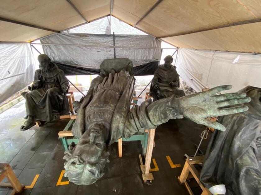 Esta foto de agosto de 2021 publicada por el Instituto Nacional de Antropología e Historia (INAH) de México muestra las estatuas que componen el monumento a Cristóbal Colón en un área donde están en restauración antes de su reubicación en la Ciudad de México. (INAH vía AP)