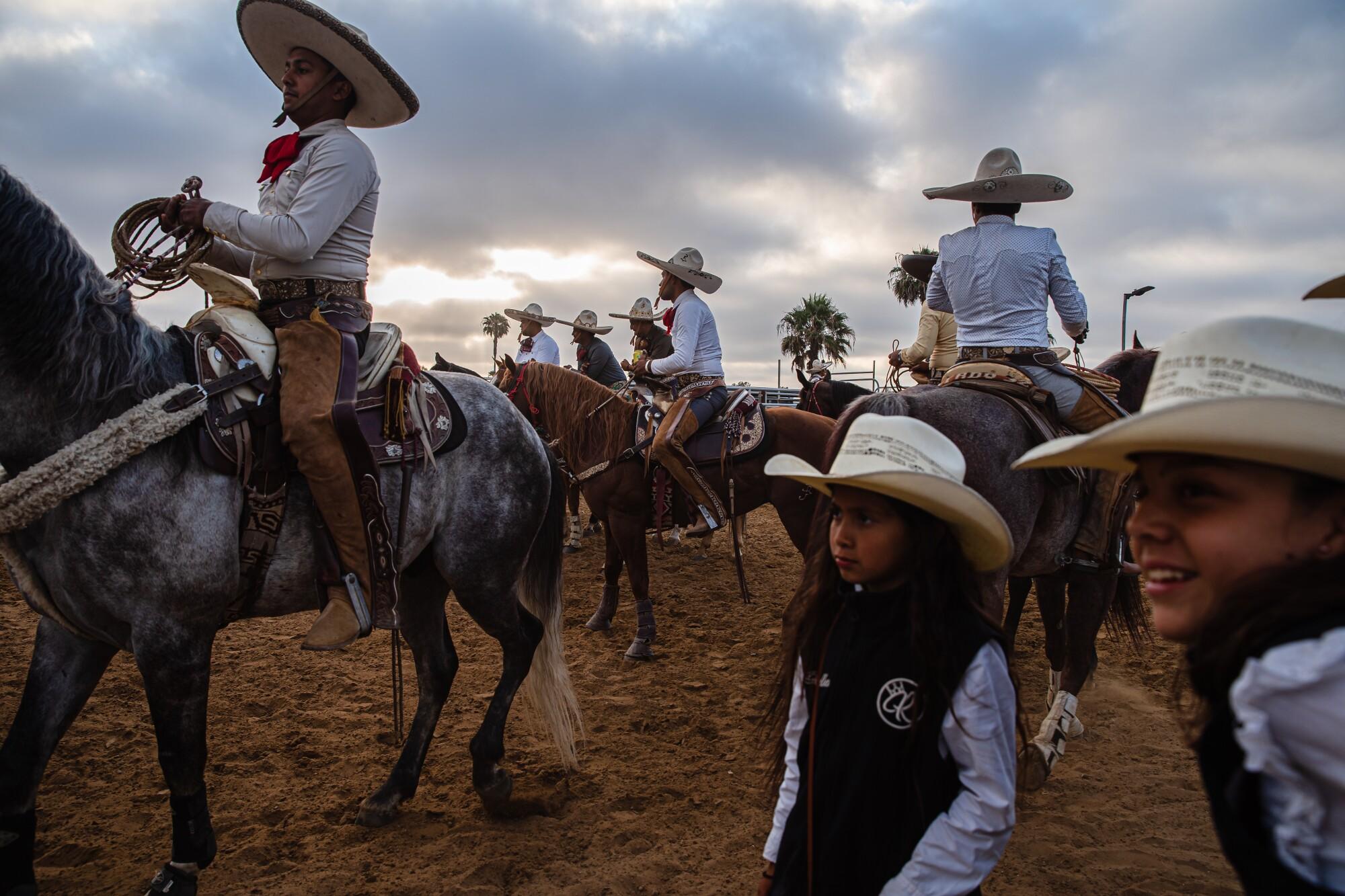 Hombres con trajes tradicionales de charro asisten al concurso de charrería en el Rancho La Laguna