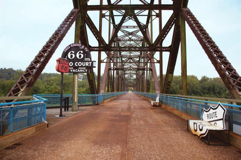 Fotografía sin fecha cedida, que muestra el puente Rocks de la Ruta 66 en San Luis (Misuri), el cual forma parte de una lista de sitios en riesgo en EE.UU. EFE/Carol Highsmith/Librería del Congreso/NTHP/SOLO USO EDITORIAL/NO VENTAS