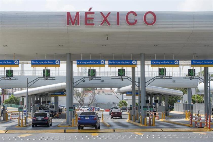 Carros transitan desde el lado mexicano por el puente internacional McAllen-Hidalgo, que cruza Río Grande y conecta Hidalgo (Texas, EE.UU.) con Reynosa (México). EFE/Archivo