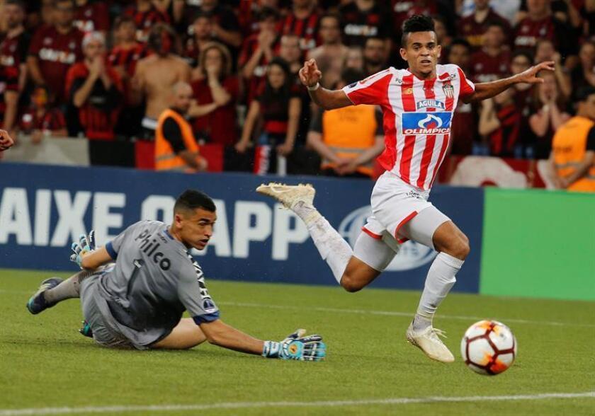 El arquero Santos (i) de Paranaense disputa el balón con Luis Díaz de Junior hoy, en el partido de vuelta de la final de la Copa Sudamericana entre Atlético Paranaense y Atlético Junior, en el estadio Arena da Baixada, en Curitiba (Brasil). EFE