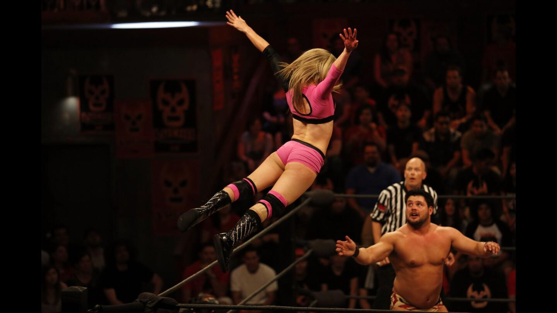 """Sexy Star, a la izquierda, hace una acrobacia en la pelea contra Marty """"The Moth"""" Martínez, durante una función de lucha libre en Boyle Heights."""