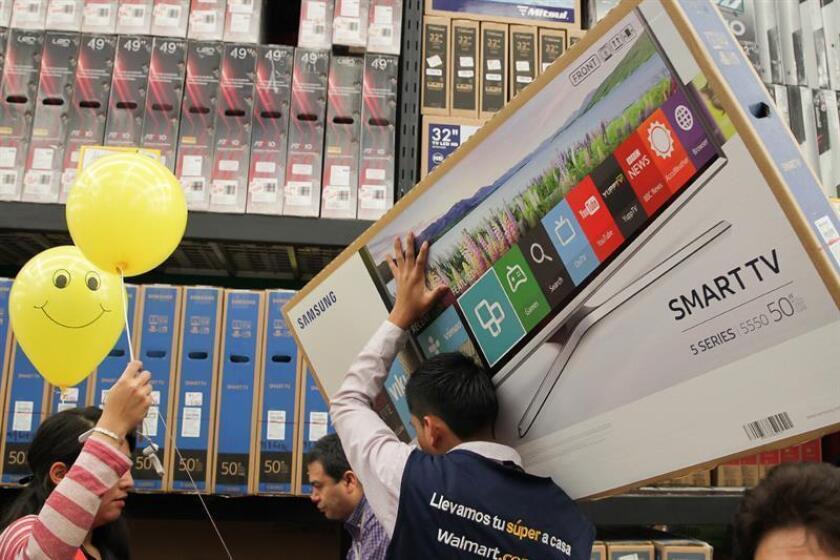 Varias personas realizan compras en una tienda departamental. EFE/Archivo