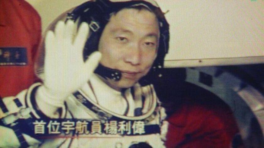 Imagina que estás solo en una nave diminuta. Es tu primera vez allá arriba y estás ante el espacio infinito cuando de repente empiezas escuchar unos golpes raros. Esto fue lo que le pasó a Yang Liwei, el primer chino en ir al espacio, en el año 2003.