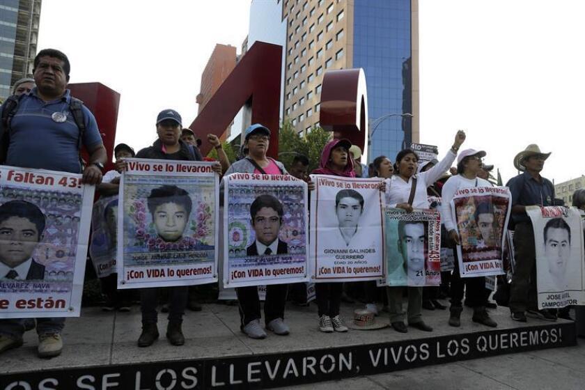 """Un tribunal mexicano creó hoy una Comisión de la Verdad sobre el caso de la desaparición des 43 estudiantes de Ayotzinapa ante la presunción de que la investigación de la Fiscalía de México """"no fue pronta, efectiva, independiente ni imparcial"""". EFE/Archivo"""