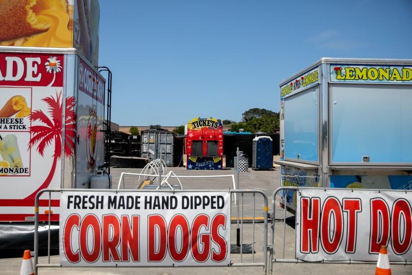 Un puesto de venta de entradas y casetas de vendedores de comida están vacías en el recinto ferial de Del Mar