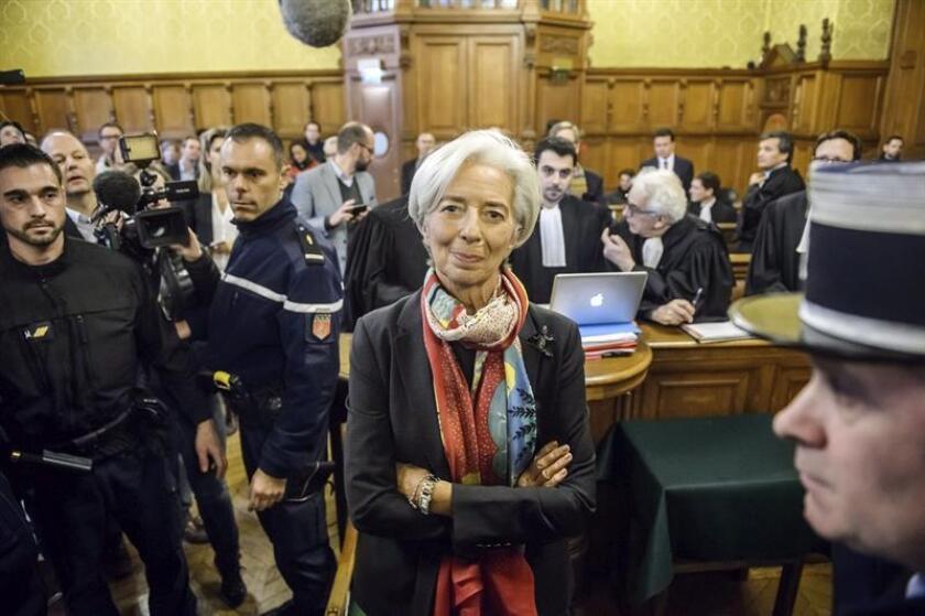 Fotografía de archivo fechada el 12 de diciembre de 2016 que muestra a la directora-gerente del Fondo Monetario Internacional (FMI), Christine Lagarde (c), en el tribunal especial que juzga su caso en París, Francia. EFE