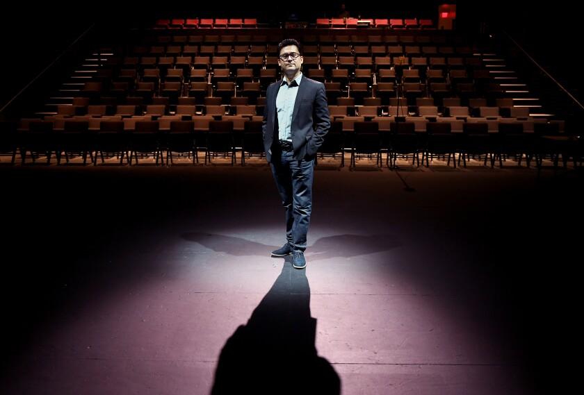Edgar Miramontes, subdirector gerente y curador de REDCAT, en el escenario de Los Ángeles