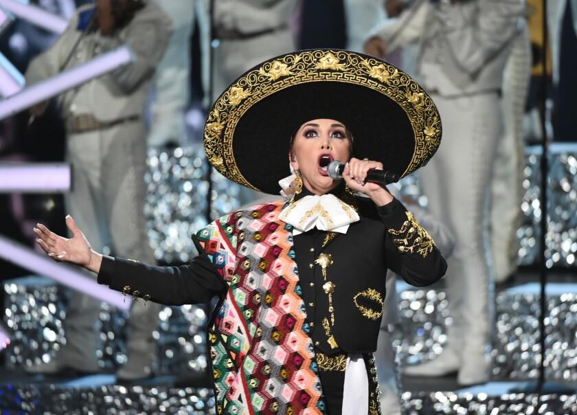 Aida Cuevas rinde homenaje a Juan Gabriel en la ceremonia de los Latin American Music Awards, el jueves 6 de octubre del 2016 en el Teatro Dolby en Los Angeles. (Foto por Vince Bucci/Invision/AP)