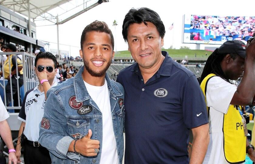 Claudio Suárez (der.) estuvo como invitado en un partido del Galaxy. Aquí posa junto a Giovani Dos Santos.