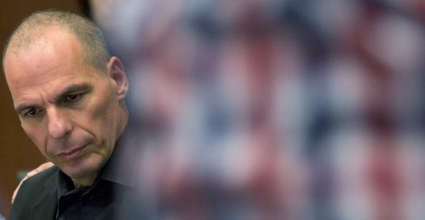 El ministro griego de Finanzas, Yanis Varoufakis, espera al comienzo de una reunión de ministros de Finanzas del eurogrupo en Bruselas, 27 de junio de 2015. Varoufakis dimitió a su cargo el 6 de julio. (AP Foto/Virginia Mayo, Archivo)