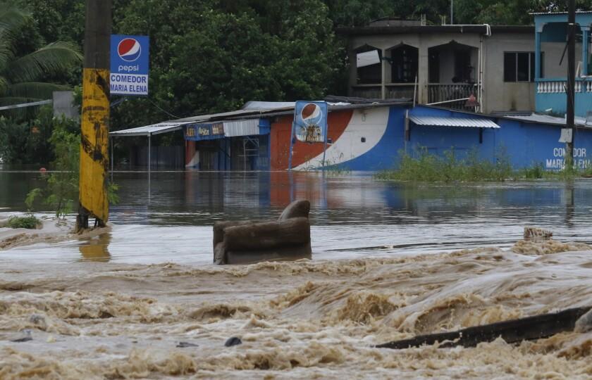 Una silla se encuentra en una carretera inundada después del paso de Iota en La Lima, Honduras